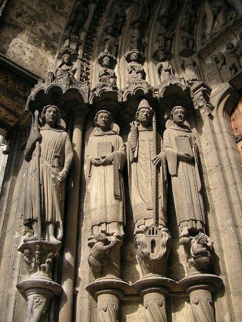 статуи мучеников