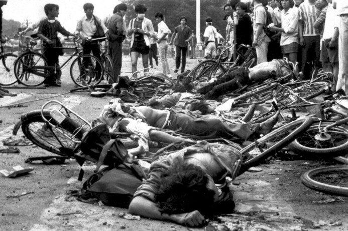 Тела погибших гражданских жителей недалеко от площади Тяньаньмэнь, 4 июня 1989 года. (AP Photo)