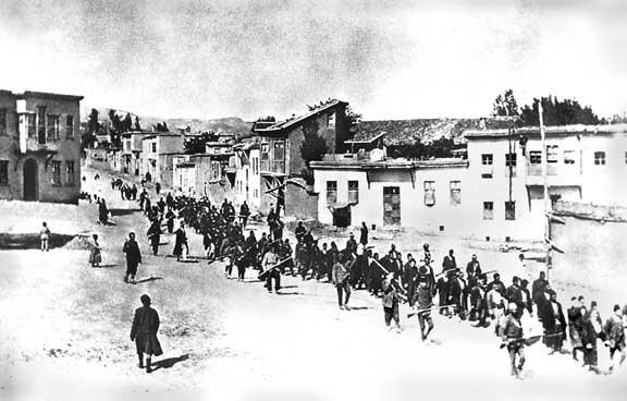 турки конвоируют мирных жителей