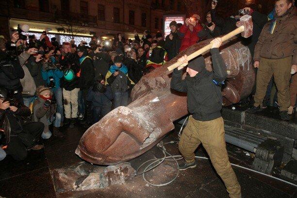 Уничтожение памятника В. Ленину в Киеве