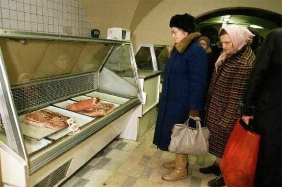 В мясном отделе магазина. Фото: 1980-е