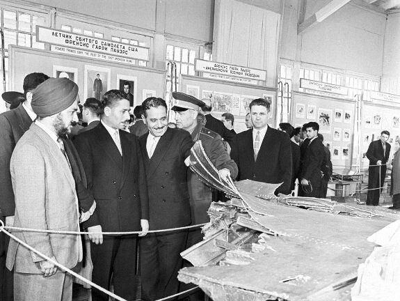 Военные атташе иностранных государств на выставке останков сбитого самолёта в ЦПКиО в Москве в мае 1960